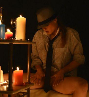 При свечах красотка сама с собой играла
