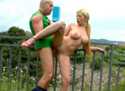 Секс на улице с блондинкой