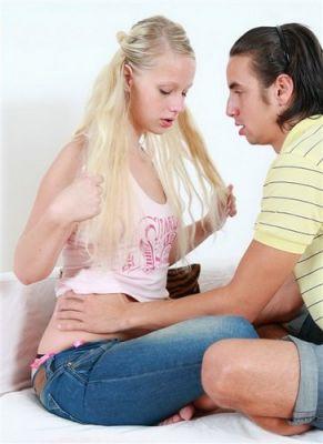 Блондиночка со сладкой попкой раздвигает ножки