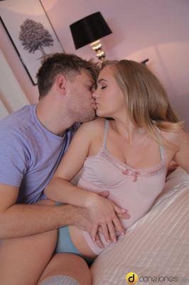 Сексуальный секс с бритой киской блондинки