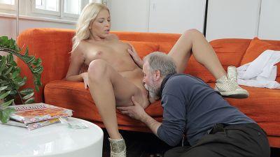 Потрясающая блондинка получает сексуальную помощь от своего учителя