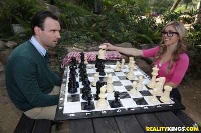 Поиграл в шахматы и трахнул блондинку